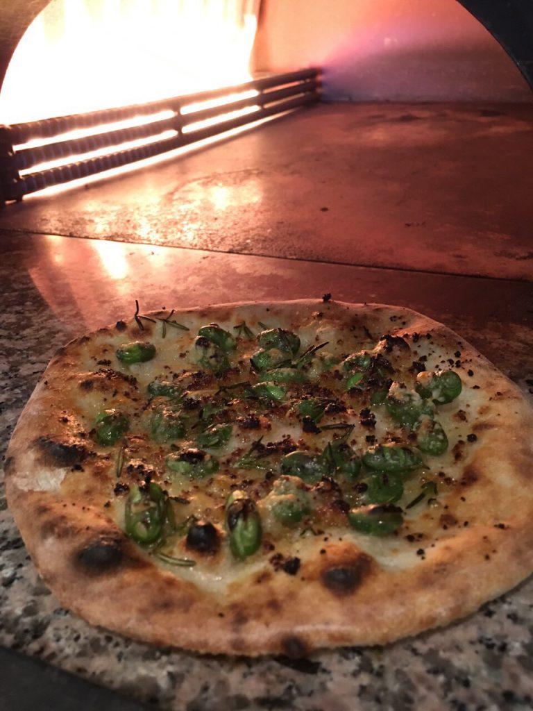 ぶらぼぅファームさんのピザ釜から出したばかりの焼きたて枝豆ピザ。見てるだけでヨダレが出そう・・
