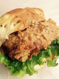石窯パン工房マナレイヤさんの但馬牛入り岩津ねぎコロッケバーガー。チーズをトッピングしたバンズパンと岩津ねぎコロッケにマスタードが効いたオリジナルソースが抜群に合います。