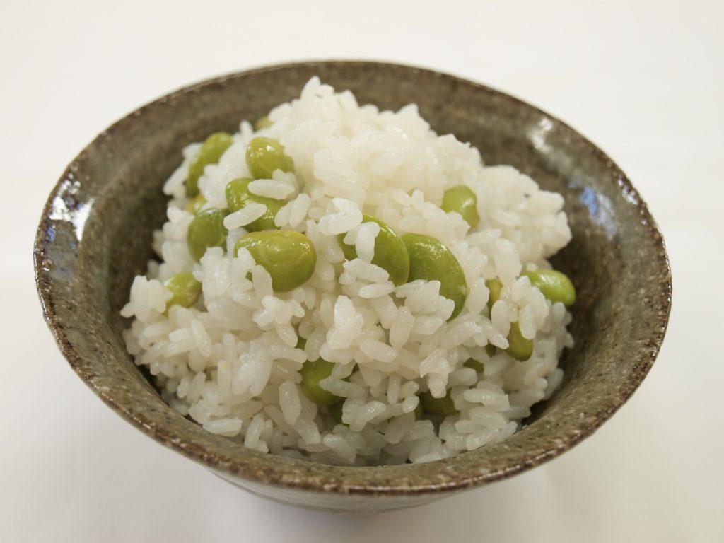 兵庫県産丹波黒の枝豆をふんだんに使った枝豆ごはん。ほのかな塩味と枝豆の甘みが絶妙です。