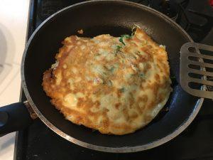 岩津ねぎ焼きレシピ・step4-程よく焼けたら小麦粉でといたタネをさらに上から加え、裏返して両面をじっくり焼きます。