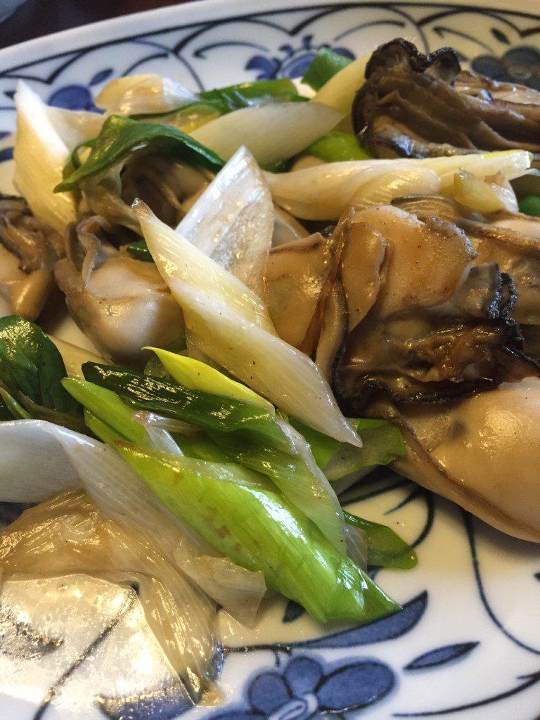 岩津ねぎと牡蠣の炒め。牡蠣のクリーミーさと岩津ねぎの香ばしい香りが絶妙です。