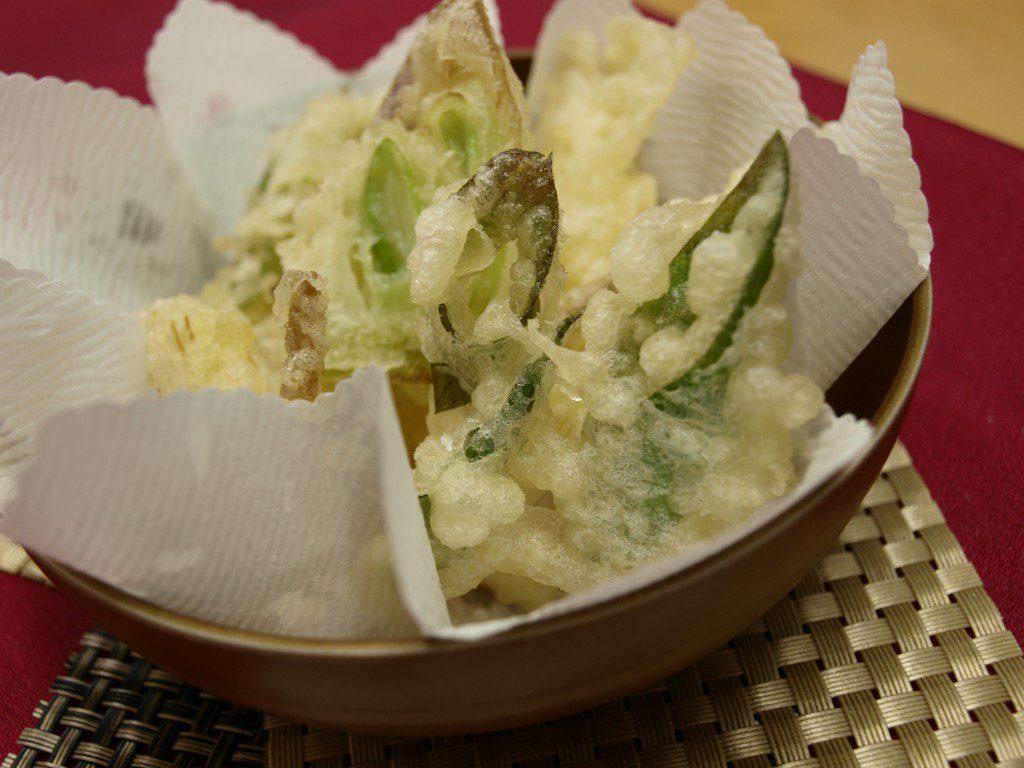岩津ねぎの天ぷら。青葉も白根も柔らかくおいしい岩津ねぎを一番おいしく味わえます。