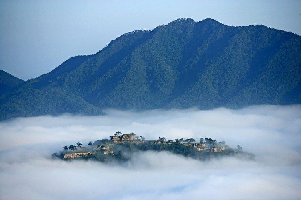 雲海に浮かぶ竹田城址。(写真提供:吉田利栄) 某CMの「天空の城」の呼び名で一躍有名になった、兵庫県朝来市和田山の観光名所です。