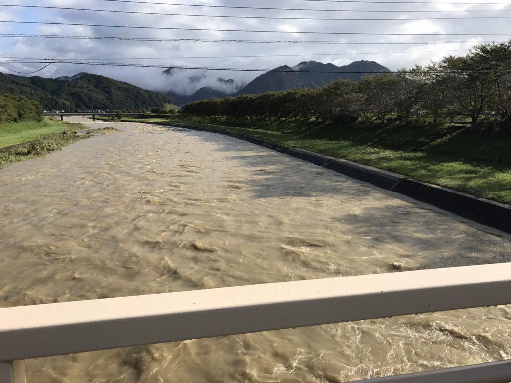 2017年夏の円山川は台風と豪雨の影響で濁流が続きました